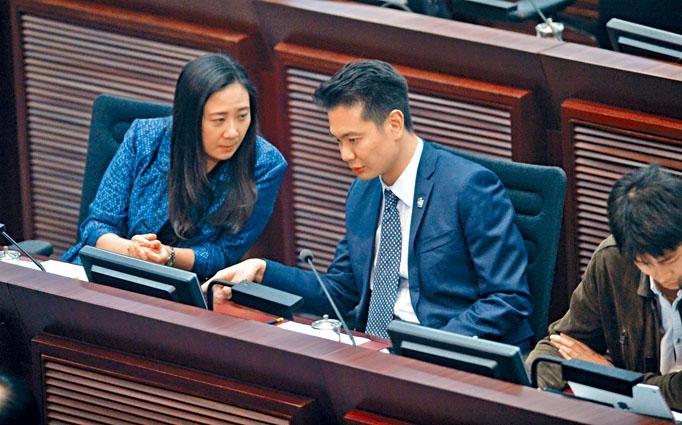 周浩鼎(右)決定辭去立法會調查UGL專責委員會的職務,望平息政治紛爭。