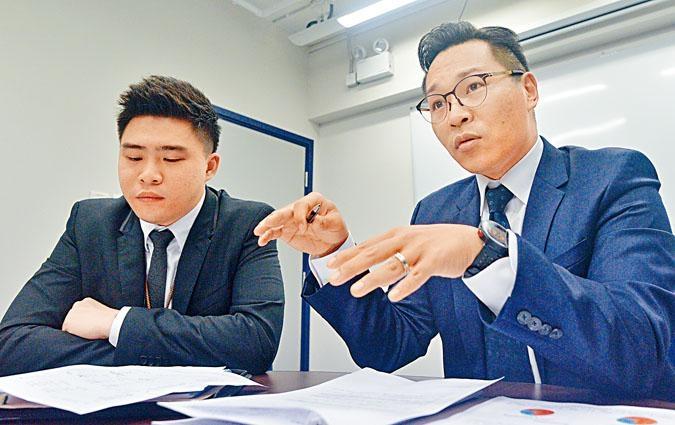 東九龍總區重案組總督察譚威信(右)和高級督察鄭澤仁表示,虛假手機程式電話騙案近期激增。