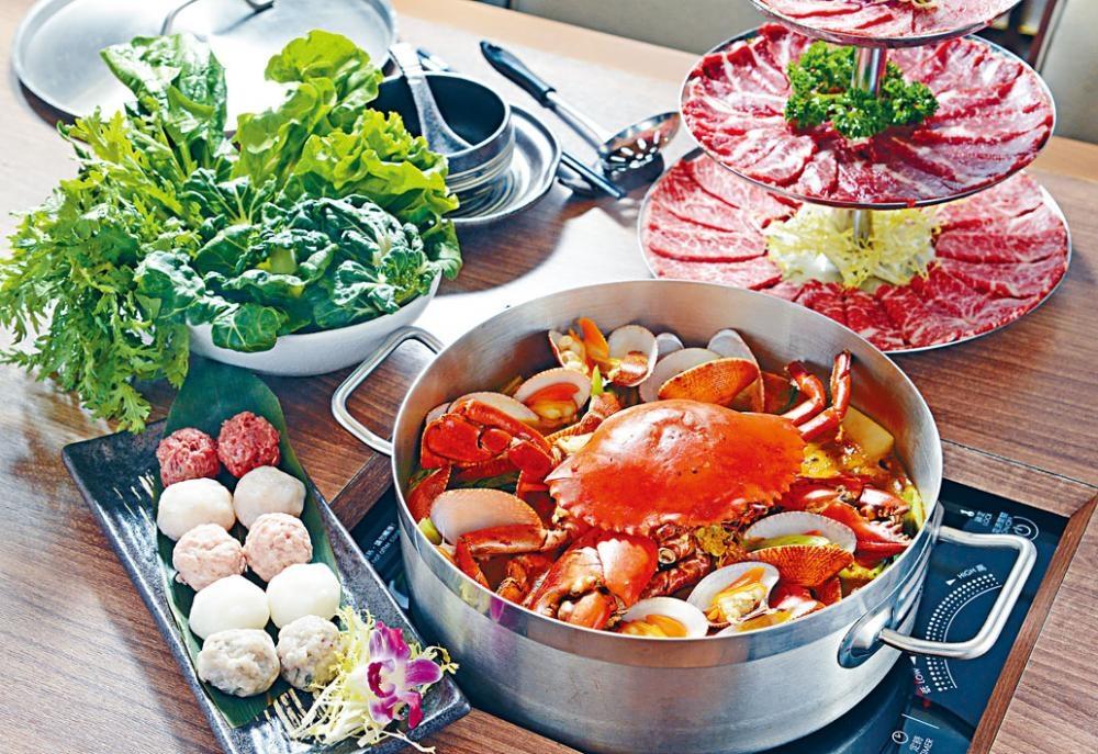 辣汁雜菌花蛤鍋每煲約有一斤半重的新鮮花蛤,可自行柯打肉蟹(時價),令湯底更鮮甜濃郁。($188)