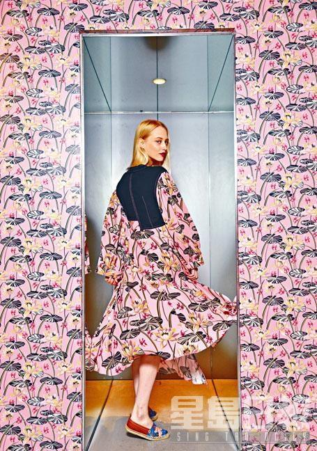 黑拼粉紅色花卉圖案連身裙、藍色花卉圖案帆布草織鞋。