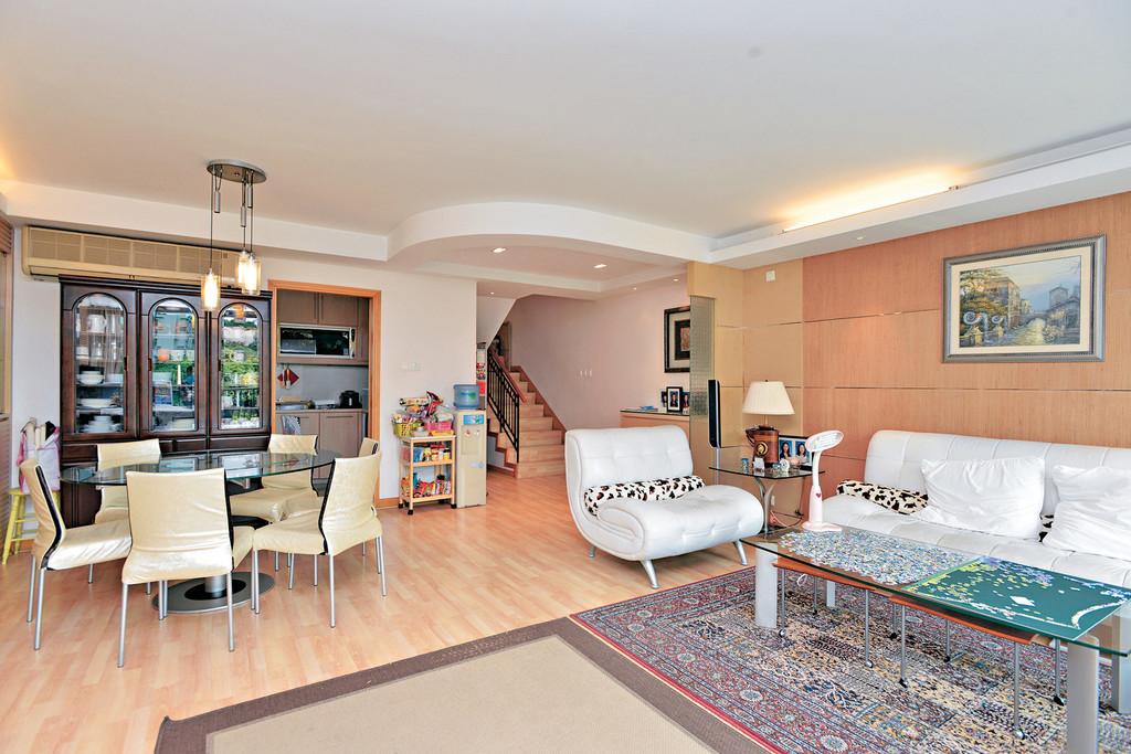 室外设计走简约风格,天花并配有灯槽.