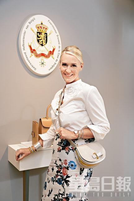 再度來訪香港,Christina Zeller今回主要為出席新店開幕及秋冬系列發布活動。她親身示範的Le Mutin Mini新作,特色在於選用閃亮皮革及配上金屬飾邊。