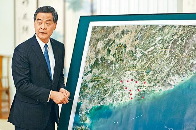 特首梁振英展示華南地區衞星地圖,介紹粵港澳大灣區和香港的發展關係。