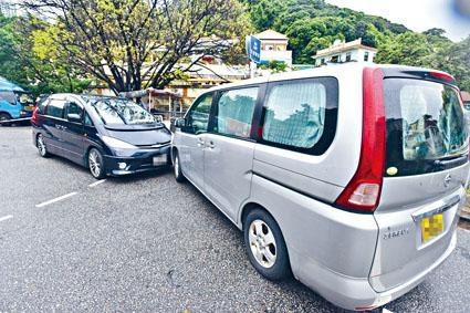 涉運毒七人車(左)與警方車輛相撞。