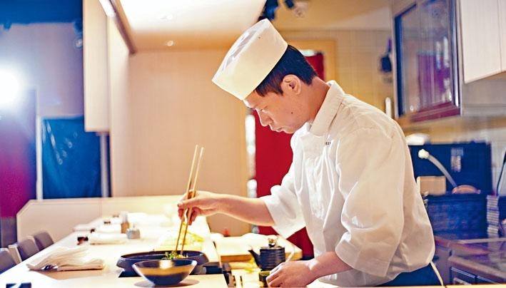 由經驗豐富的日籍大廚森那香矢駐店,於吧枱前即席主理壽喜鍋。