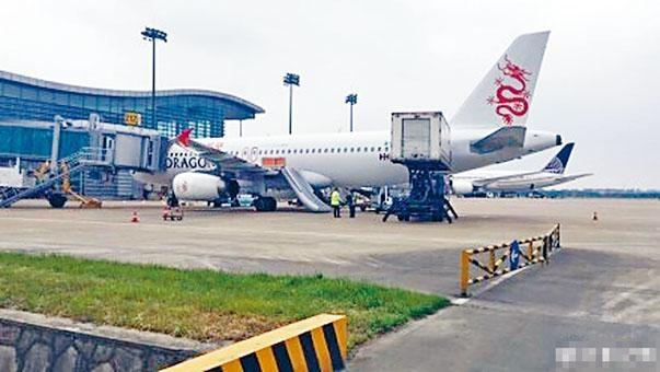 港龍航空的航班昨天在蕭山機場被誤放下滑梯。