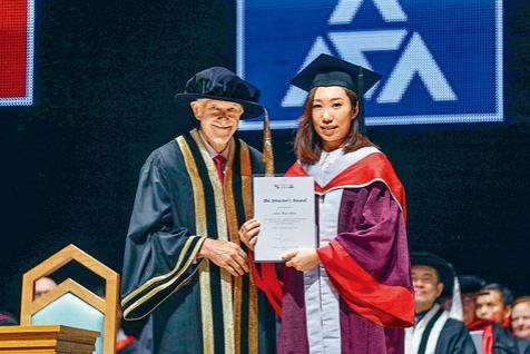 演藝學院校長華道賢教授頒發校長獎(學生優秀大獎)予傑出學生。