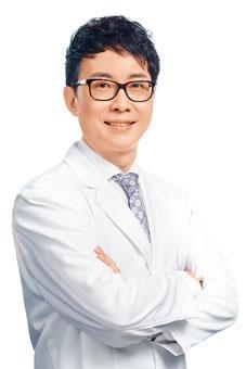 註冊中醫師潘子剛(Peter),德善堂中醫執行董事和健康管理中醫顧問、香港中文大學中藥及草藥學碩士及香港大學中醫全科學士。