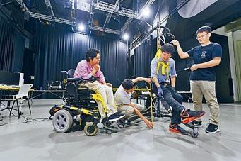 城大獲馬會資助推行「見.同理」計畫,其中參與「無障創客」的學生在活動中為輪椅使用者設計移動裝置。