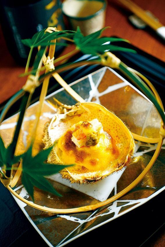 毛蟹甲羅燒,把當造的北海道毛蟹拆肉,鋪上自製蛋黃醬和蟹膏烤焗,入口非常惹味。