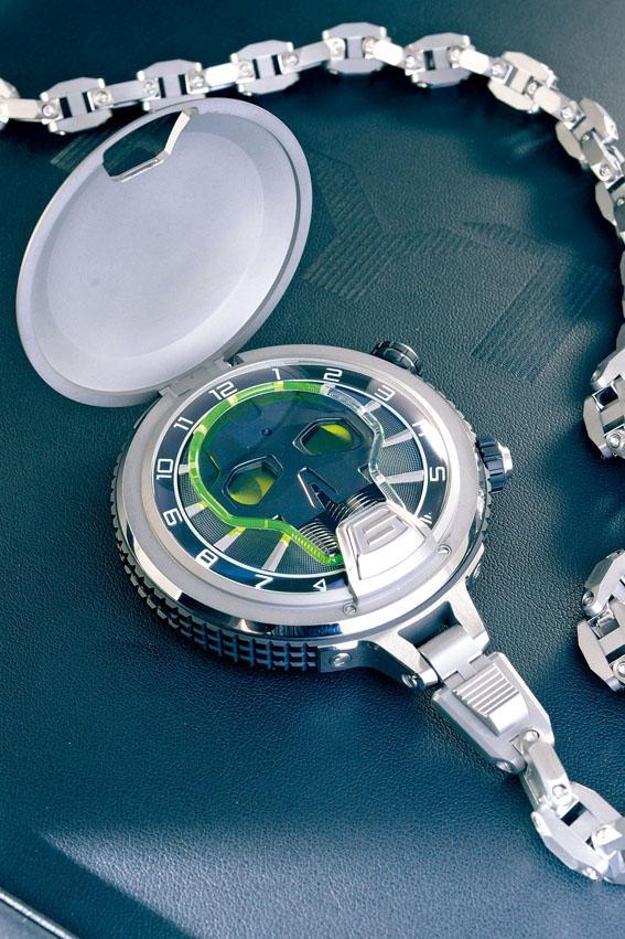 Illuminated Skull Pocket Watch設計概念源自H1系列,結構更複雜,並加入懷表元素。為減輕重量,表身和表鏈以鈦金屬打造,表身直徑約59mm,通過骷髏頭顯示不同功能。除了液壓時間顯示,骷髏頭左眼是小秒針,右眼則是六十五小時的動力儲存計。至於亮燈照明系統改良自H4,光度更高,此表全球限量八枚。售價:$883,000