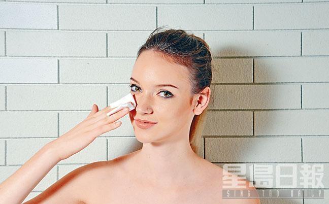 T Zone位置容易泛油,補妝時謹記先以紙巾或化妝棉輕印面油,有助減少污垢及細菌積聚。
