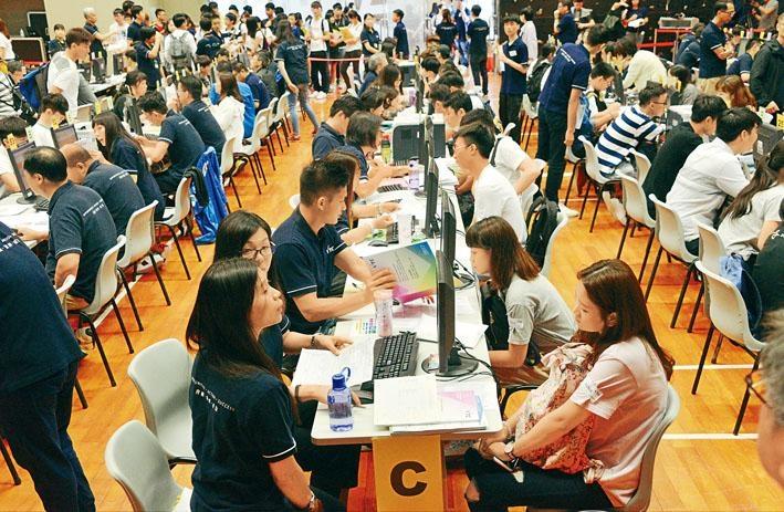 中學文憑試放榜,不少考生前往讀報自資院校學位課程。