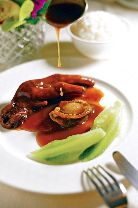 阿一鮑魚扣鵝掌,富臨飯店招牌出品,入口香和軟滑,溏心且充滿鮑魚味,熟客愛以鮑汁佐飯。