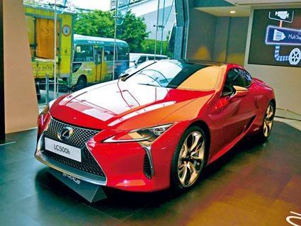 LC500h外形科幻,車頂以碳纖維製造,現於凌志九龍灣Centre Parc專店展出,連日吸引大批車迷到臨參觀。