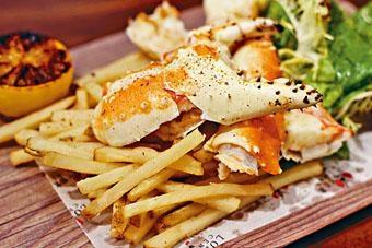 帝王套餐包括帝王蟹腳、黑松露薯條及新鮮沙律菜,蟹腳塗上檸檬牛油烤香,加添少許檸檬汁品嘗,可提升鮮味。($198/份)