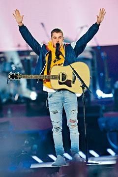 Justin Bieber因駕車時講電話及傳訊息,被罰千多港元。