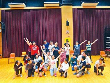 《奮青樂與路》由四所中學學生合演,並有多位劇壇精英在背後支持。