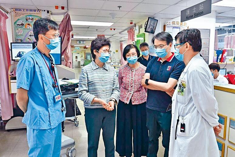 林鄭月娥昨午在食物及衞生局局長陳肇始陪同下,到伊利沙伯醫院巡視。
