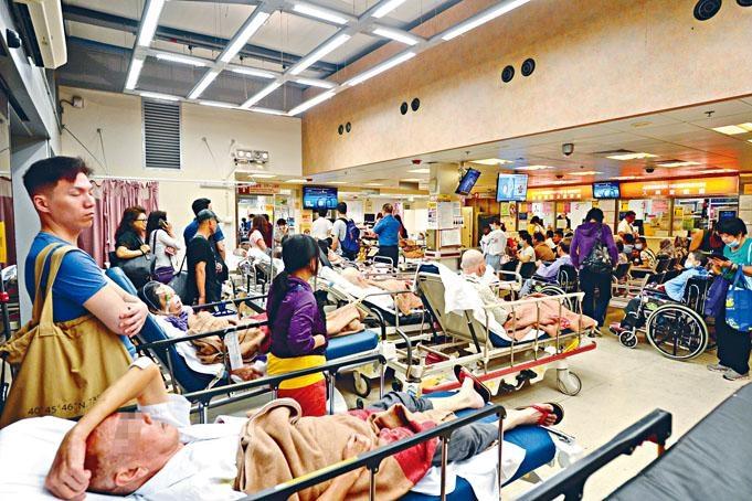 今年夏季流感高峰期持續,求診病人「逼爆」多所公立醫院急症室及病房。