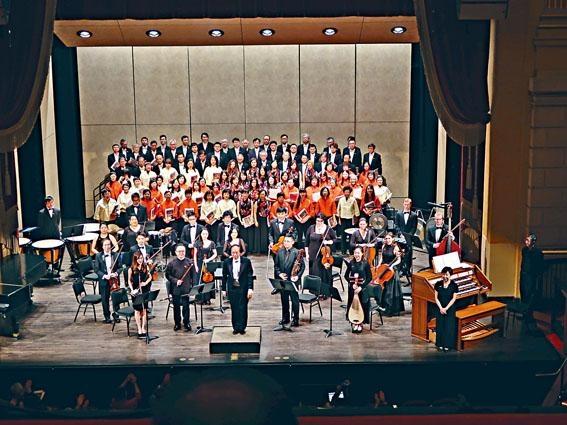 陳永華指揮港美兩地合唱團及樂手在赫伯斯特劇院演出《蒼茫大地》後謝幕。