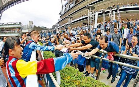 蔣嘉琦在煞科日打破悶局,賽後獲不少馬迷要求簽名握手。