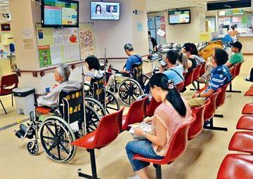 近日公立醫院急症室應接不暇,普遍輪候時間長達數小時。