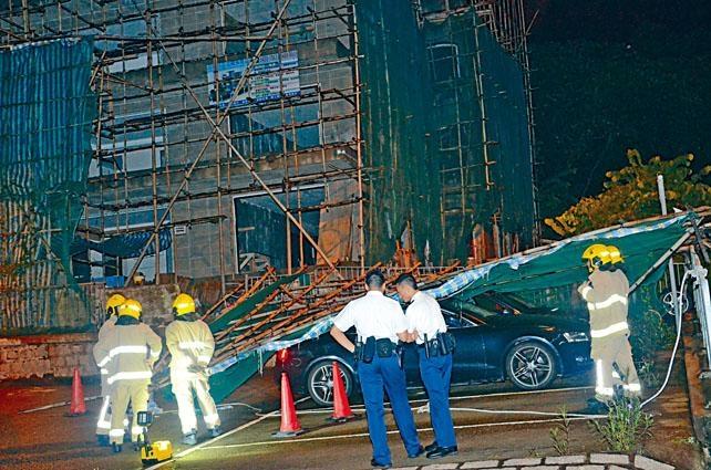 大幅竹棚倒下,壓中兩輛房車及擊傷車主。