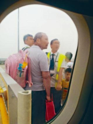 五人買四張機票,家長稱以為幼童毋須買票。