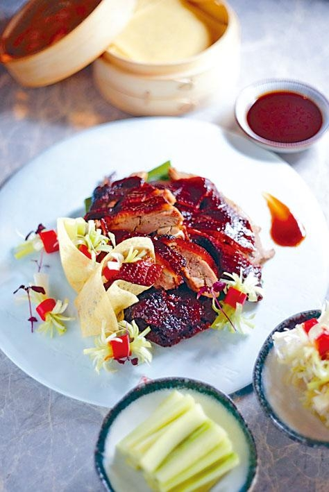 芳芳烤肥鴨賣相像北京填鴨,其實是廣東燒鴨的變奏,將愛爾蘭鴨醃製、烤香,伴以自家製蛋黃卷及海鮮醬汁。