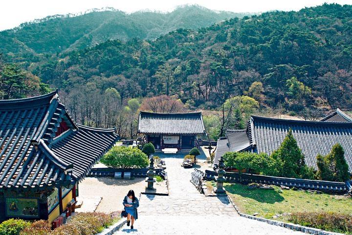 石南寺被群山環抱。