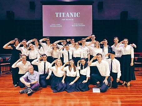 尹溥程(前排右一)和劉雨寧(前排右三)與西澳表演藝術學院音樂劇系學生排演讀劇《鐵達尼號》。