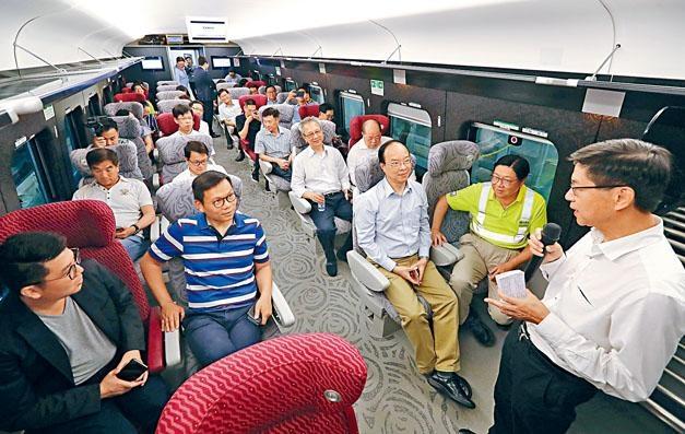 議員到石崗列車停放處登上列車參觀,聽取港鐵工程總監黃唯銘講解操作。