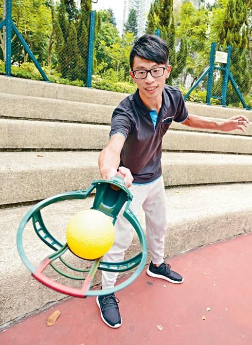 MasterEdutainment創辦人岑智榮手握專業球拍Pro($200)。