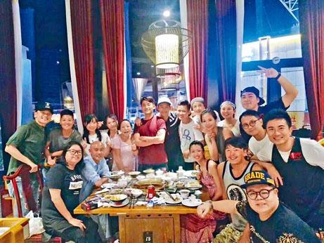 曹永廉前晚請大家吃麻辣火鍋兼為徐榮慶祝生日。