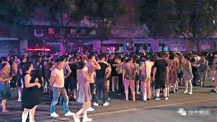 郎咸平前晚在台州出席演講後,在座駕內被大批泛亞事件「苦主」包圍。