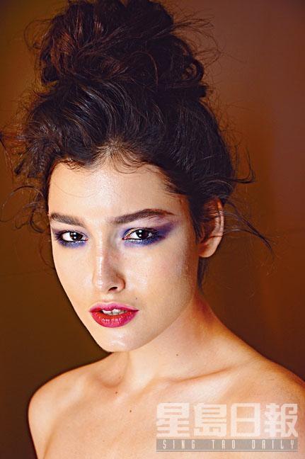 深邃閃爍的煙熏眼妝,配以艷麗紅唇,絕對是派對造型的最佳配搭。