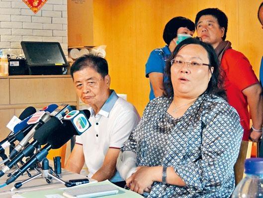 屯門興德學校校長陳章萍否認學校有「影子學生」,並一度哽咽稱「校長都是受害者」。旁為校監鍾佳榮。
