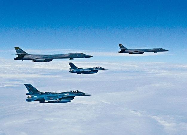 兩架日本空中自衞隊「F-2」戰機(前),周二與兩架美軍B-1B轟炸機在九州上空聯合演習,震懾北韓。