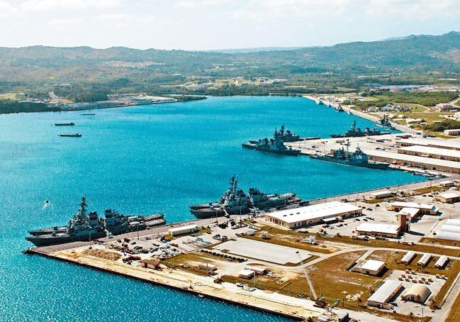 關島美國海軍基地停泊的軍艦。