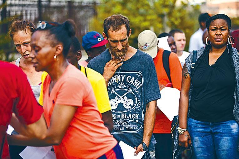 費城有無家可歸的癮君子,排隊等候慈善組織職員提供援助。