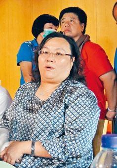 陳章萍終於現身,在律師陪同下錄取口供。