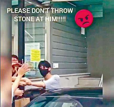 李敏鎬日前離開服役的福祉館時,被fans擲石仔。
