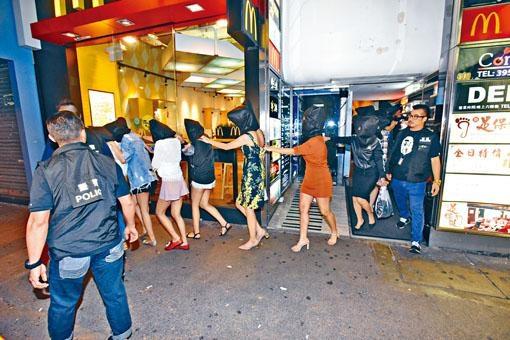 警方在一家酒吧帶走一批懷疑泰妓。