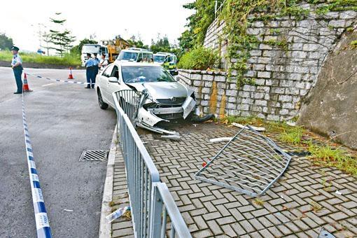 私家車狂飆五十公里後失控撞欄。