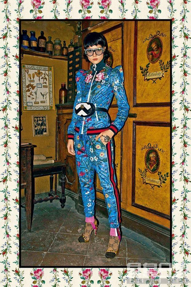 Gucci彩色花卉圖案拉鏈外套($19,000)及長褲($8,500)、粉紅色Leggings($6,900)、GG圖案啡色襪($800)、金色高跟鞋(售價待定)、黑白色腰包($10,900)。