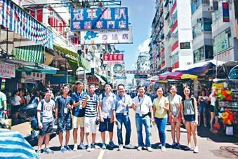 何國鈞(右四)帶領參與「區區有特色」比賽的學生遊走深水埗重要地標。