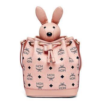粉紅色綴立體兔仔頭皮革手袋($6,800/MCM)。