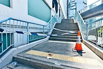 女醫生跌落停車場對開樓梯級遺下血迹。