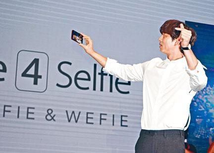 孔劉拿着ZF 4 Selfie Pro即席跟台下嘉賓試玩廣角自拍。